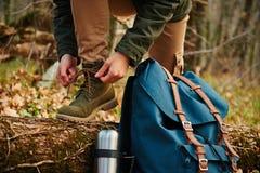 Żeński wycieczkowicz wiąże shoelaces w lesie, widok nogi Obrazy Royalty Free