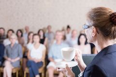 Żeński wykładowca pije kawę zdjęcie royalty free