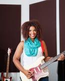 Żeński wykonawca Bawić się gitarę W studiu Zdjęcie Royalty Free