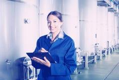 Żeński wytwórnia win pracownik w mundurze bierze daleko dane Fotografia Stock