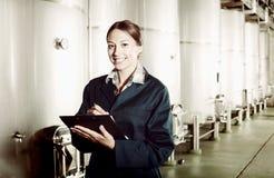 Żeński wytwórnia win pracownik w mundurze bierze daleko dane Obraz Stock