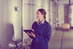 Żeński wytwórnia win pracownik w mundurze bierze daleko dane Zdjęcia Stock
