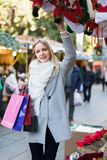 Żeński zakupy przy świątecznym jarmarkiem Fotografia Royalty Free