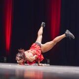 Żeńskie bikini sprawności fizycznej modela spełniania akrobacje na scenie Obrazy Stock