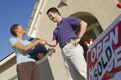 Żeńskie pośrednik w handlu nieruchomościami chwiania ręki Z mężczyzna zdjęcie stock