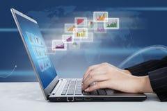 Laptop i globalny prętowych map raport Fotografia Stock