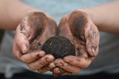 Żeńskie ręki trzyma glebową piłkę Ekologia i środowisko, ziemski opieki pojęcie Obraz Stock
