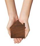 Żeńskie ręki trzyma modela odizolowywający na bielu dom Obrazy Stock