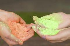 Żeńskie ręki trzyma suchą farbę zdjęcie stock