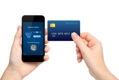 Żeńskie ręki trzyma telefon i kredytową kartę robi zakupu onl Obrazy Stock