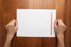 Żeńskie ręki trzymają sprea (chwyt) (starego) rocznik książki notatka, dzienniczek (,) Fotografia Stock