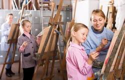 Żeńskiego nauczyciela pomaga dziewczyna podczas obraz klasy Zdjęcia Royalty Free