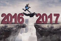 Żeńskiego pracownika doskakiwanie w kierunku 2017 Zdjęcie Royalty Free