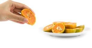 Żeńskiego ręki ściśnięcia soczysta pomarańcze Fotografia Stock