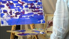 Żeńskiego ręki wolno remisu szczotkarska kanwa w błękitnej nafcianej farbie zbiory wideo