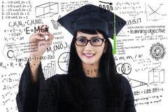 Żeńskiego ucznia writing matematyki formuły Zdjęcie Royalty Free