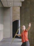 Żeńskiej atlety miotania darda W portyku zdjęcie stock