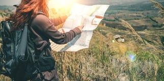 Żeńskiej podróżnik podróży natury mapy halna nawigacja Zdjęcia Royalty Free