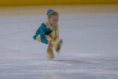 Żeńskiej postaci łyżwiarka wykonuje kurczątko dam łyżwiarstwa Bezpłatnego program przy Minsk areny filiżanką Obraz Royalty Free