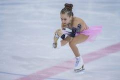 Żeńskiej postaci łyżwiarka wykonuje kurczątko dam łyżwiarstwa Bezpłatnego program przy Minsk areny filiżanką Zdjęcie Royalty Free