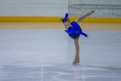 Żeńskiej postaci łyżwiarka wykonuje kurczątko dam łyżwiarstwa Bezpłatnego program przy Minsk areny filiżanką Obrazy Royalty Free