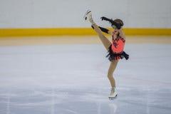 Żeńskiej postaci łyżwiarka wykonuje kurczątko dam łyżwiarstwa Bezpłatnego program przy Minsk areny filiżanką Fotografia Stock