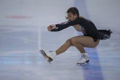 Żeńskiej postaci łyżwiarka wykonuje kurczątko dam łyżwiarstwa Bezpłatnego program przy Minsk areny filiżanką Zdjęcia Stock
