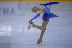 Żeńskiej postaci łyżwiarka wykonuje kurczątko dam łyżwiarstwa Bezpłatnego program przy Minsk areny filiżanką Fotografia Royalty Free