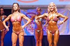 Żeńskiej postaci model pokazuje jej best przy mistrzostwem na scenie Fotografia Stock