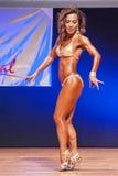Żeńskiej postaci model pokazuje jej best przy mistrzostwem na scenie Zdjęcie Royalty Free