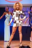 Żeńskiej postaci model w wieczór sukni pokazuje jej best Zdjęcie Stock