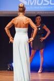 Żeńskiej postaci model w wieczór sukni pokazuje jej best Obraz Royalty Free