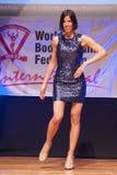 Żeńskiej postaci model w wieczór sukni pokazuje jej best Obraz Stock