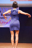 Żeńskiej postaci model w wieczór sukni pokazuje jej best Obrazy Stock