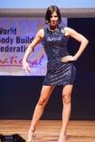 Żeńskiej postaci model w wieczór sukni pokazuje jej best Zdjęcia Stock