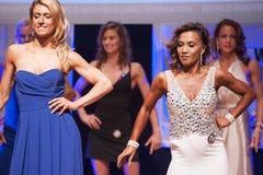 Żeńskiej postaci modele w wieczór sukni pokazują ich best Zdjęcia Stock