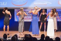 Żeńskiej postaci modele w wieczór sukni pokazują ich best Fotografia Royalty Free