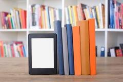 E书读者和五颜六色的书架 免版税库存图片