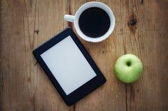 E书读者和咖啡 免版税库存照片