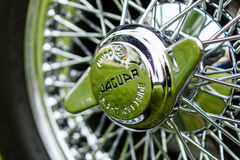E型跑车的捷豹汽车,特写镜头轮毂罩  免版税库存照片