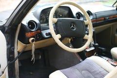 E班德国奔驰车的汽车W123的驾驶舱 免版税库存图片