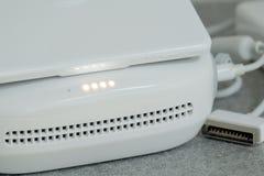 E警告灯表明电池的充分的水平 白色控制板的部分的特写镜头从寄生虫connec的 免版税库存照片