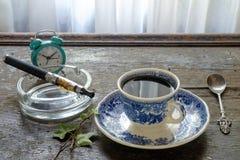 E香烟咖啡在一种木背景健康生活方式的 库存图片