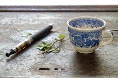E香烟咖啡在一种木背景健康生活方式的 免版税库存图片