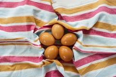 E 在视图之上 平的位置 2个所有时段小鸡概念复活节彩蛋开花草被绘的被安置的年轻人 环境友好的概念 免版税图库摄影