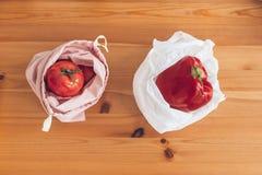 E Świezi sklepy spożywczy w reusable eco warzywach w plastikowej polietylen torbie na drewnianym stole i torbach zdjęcie stock
