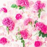E Επίπεδος βάλτε, τοπ άποψη floral πρότυπο καρδιών λουλουδιών απελευθέρωσης πεταλούδων κίτρινο Στοκ Εικόνες
