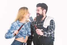 E Εργαλεία για το κρέας υπαίθριο Γενειοφόρα hipster και κορίτσι ατόμων o Πικ-νίκ στοκ εικόνες