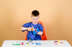 E Ιατρική εκπαίδευση Παιχνίδι παιχνιδιού Αγοριών χαριτωμένη σταδιοδρομία γιατρών παιδιών μελλοντική Υγιής ζωή ( Παιδί στοκ φωτογραφία με δικαίωμα ελεύθερης χρήσης