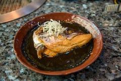 E Κεφάλι σολομών που βράζουν στον ατμό με τη γλυκά σάλτσα και το λαχανικό στο ιαπωνικό ύφος στοκ εικόνα